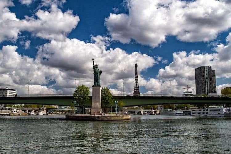 Statua della libertà sulla Senna a Parigi