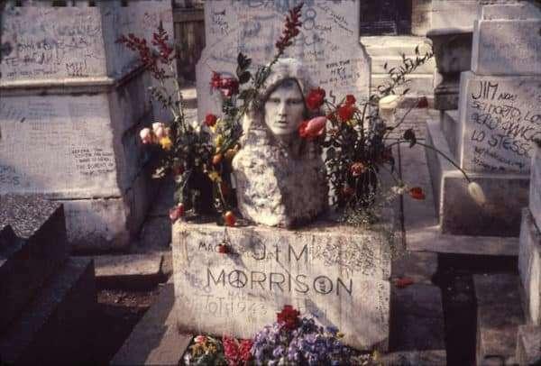 La tomba di Jim Morrison, al cimitero Père Lachaise è una delle più visitate